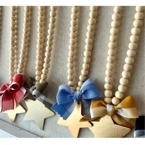 collar de bolas de madera, estrellas y lazo vichy